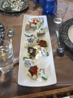 quelques tartinades (fromage frais et herbes sauvages, pestos)